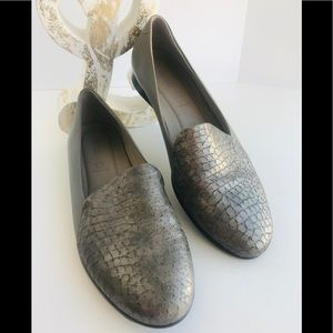 ECCO Flats in Leather gray and snake print. Size 9